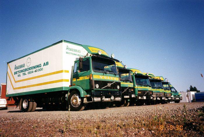 <p><strong>Fordonsflottan 1995: </strong>Inga Mercedes lastbilar kvar utan Volvo får bära maskiner och verktyg.</p>