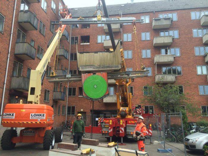 <p><strong>September 2014 startade vi ett spännande projekt i centrala Köpenhamn.</strong> Man hade behovav att byta ut 250 stycken balkonger.Omgärdade av cyklister och annan rusning trafik gjorde vi detta utan missöden tack vare våra patenterade sågjiggar.</p>