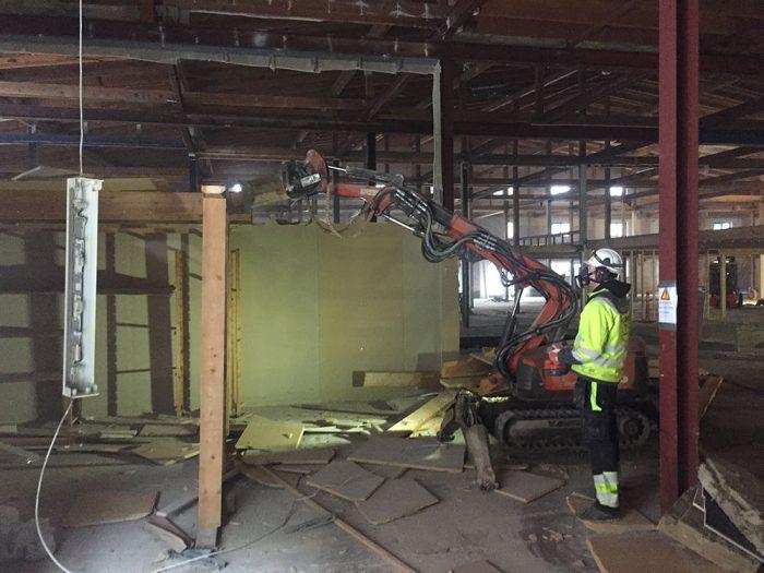 <p><strong>Magasin 2, Inre Hamn.</strong> Byggnaden är utpekad som särskilt värdefull i Karlstads kulturmiljöprogram.</p> <p>Kund: Byggbolaget i Värmland AB.</p> <p>Uppdrag: Fullständig (försiktig) invändig rivning, förutom bärande konstruktioner, till stommrent. Håltagning, montering av l-stål. Sågning, schaktning, återfyllning och gjutning, bortbilning och asbestsanering av all asbest. All sortering och avfallshantering under större delen av byggtiden.</p>