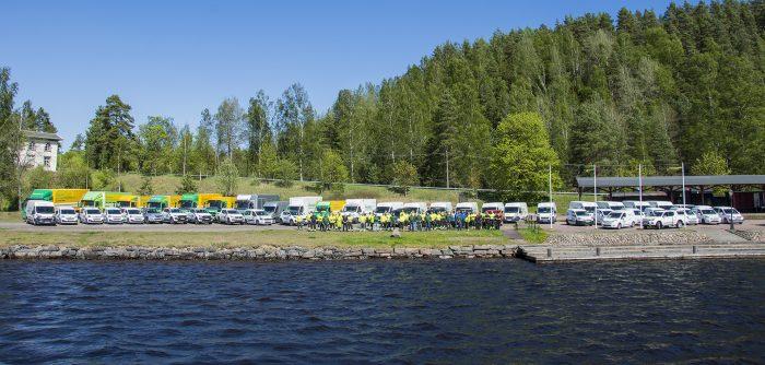 <p><strong>Samling i Fryksta Kil för fotografering.</strong>Koncernen består idag av fyra bolag med anställda, totalt 75 personersamt 52 fordon.</p>