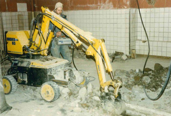 <p><strong>Första rivningsroboten införskaffades 1985, då anställdes grävmaskinisten Arne Andersson.</strong> Roboten var en Brokk 80 och var med dagens mått inte så effektiv. Då var den hypermodern.</p>