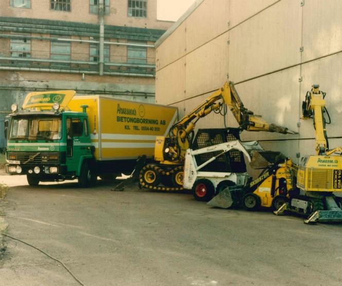 <p><strong>90-talets fordon och maskiner</strong>. På bild finns våra fordon och delar av maskinparken 1996 &#8211; utan tvekan har branschen utvecklats.</p>