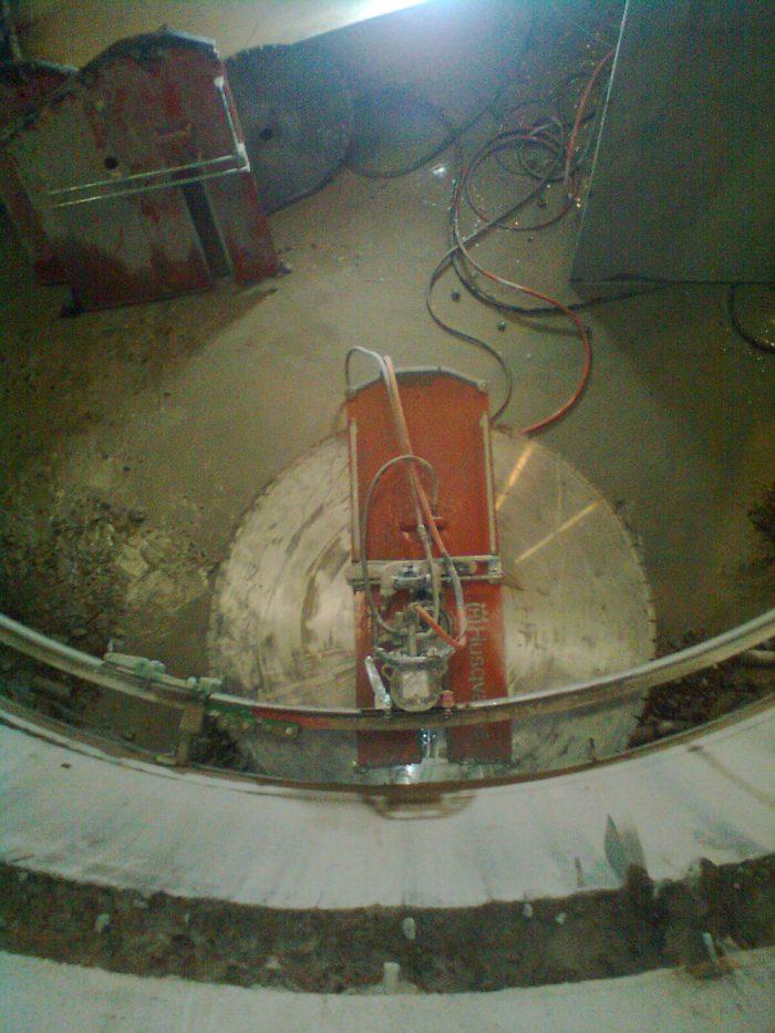 <p><strong>Sommaren 2013 i Skedvi Hedemora</strong> sågade vi för inspektionsöppningar i metertjock betong, därefter sågade vi ur själva löphjulskammaren i 3 stycken fem meters delar med en vikt på ca 9 ton styck.Sommaren 2014 gjorde vi i princip samma jobb på andra generatorn.</p>