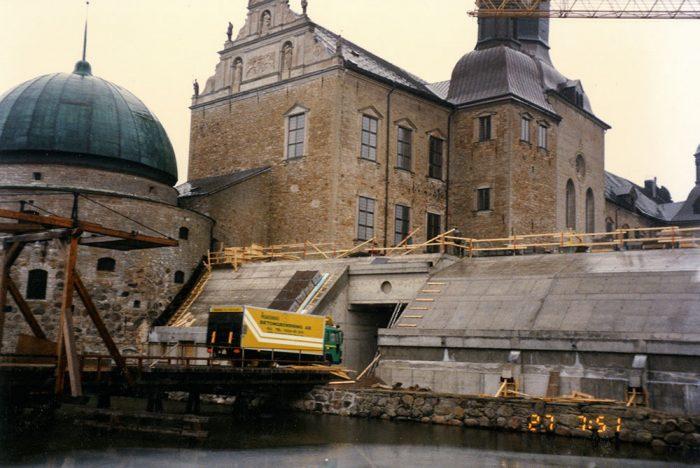 <p><strong>Vadstena slott:</strong>Ett ovanligt projekt var när vi fick uppdraget 1997 att rundhålsåga ett ljusinsläpp på Vadstena slott.Hålet blev 3 meter i diameter och vi sågade hela 1,5 meter tjockt.</p>