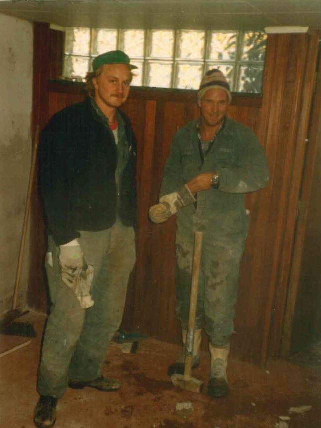 <p><strong>1983 anställdes den första medarbetaren Johnny Källhagen</strong> som Kjell hade lärt känna på Nobel när de gick Fordonslinjen.</p>